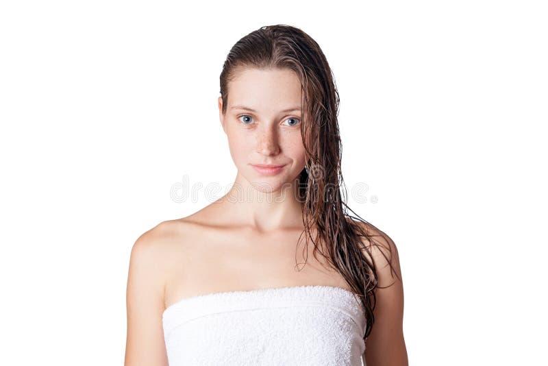 Πορτρέτο ενός όμορφου προτύπου με την υγρή τρίχα και το καθαρό δέρμα και των φακίδων μετά από το ντους που απομονώνεται στο άσπρο στοκ φωτογραφία με δικαίωμα ελεύθερης χρήσης