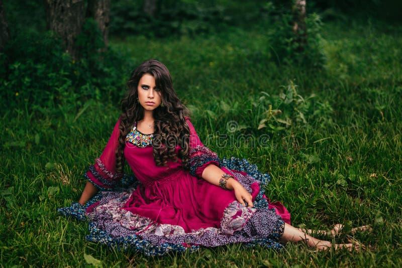 Πορτρέτο ενός όμορφου τσιγγάνου κοριτσιών στοκ εικόνες