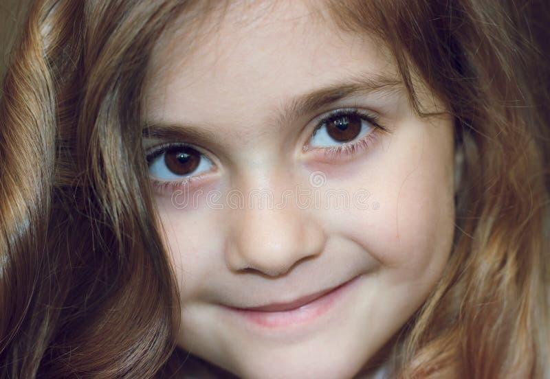 Πορτρέτο ενός όμορφου χαμόγελου μικρών κοριτσιών στοκ εικόνες