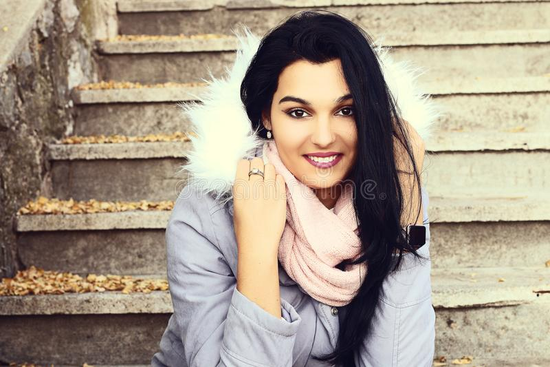 Πορτρέτο ενός όμορφου χαμόγελου του Λατίνα στοκ εικόνες