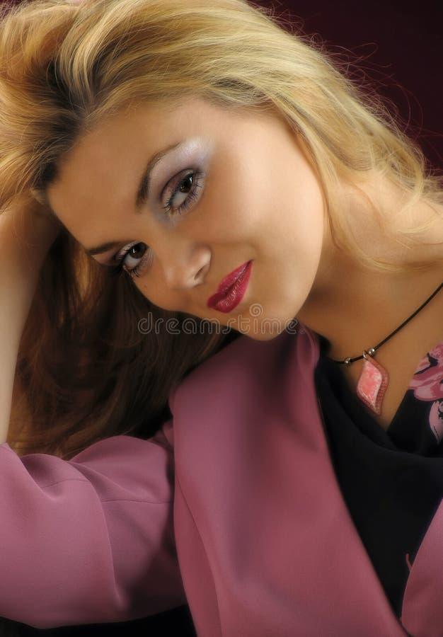 Πορτρέτο ενός όμορφου, χαμόγελο ξανθό. Φωτογραφία στούντιο. στοκ φωτογραφίες με δικαίωμα ελεύθερης χρήσης