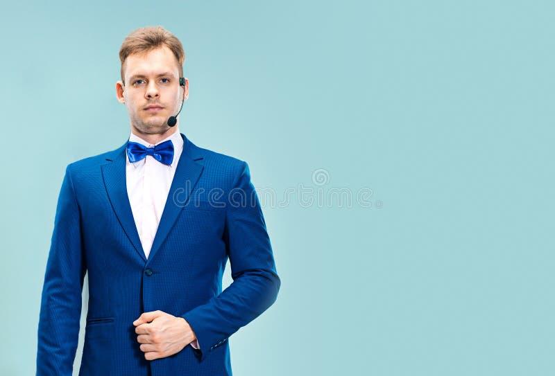 Πορτρέτο ενός όμορφου χειριστή εξυπηρέτησης πελατών που φορά μια κάσκα στοκ εικόνες