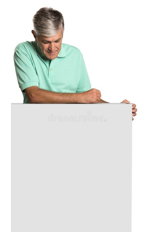 Πορτρέτο ενός ώριμου ατόμου που κρατά μια κενή επιτροπή στοκ φωτογραφίες με δικαίωμα ελεύθερης χρήσης