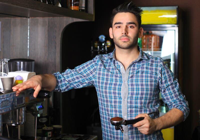Πορτρέτο ενός barista που κατασκευάζει ένα φλιτζάνι του καφέ στοκ φωτογραφία με δικαίωμα ελεύθερης χρήσης