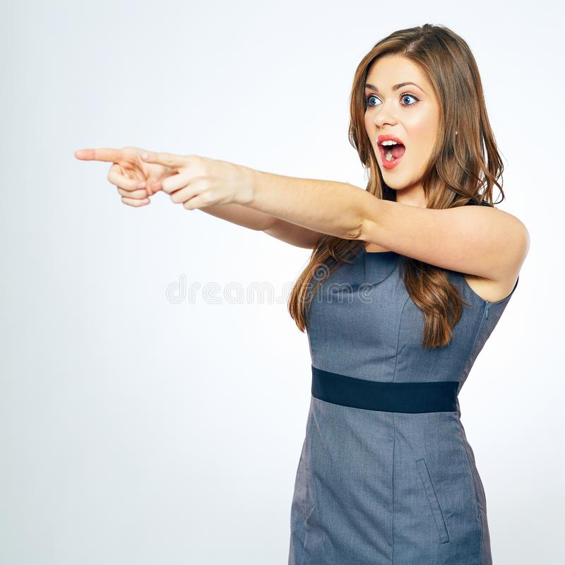 Πορτρέτο επιχειρησιακών γυναικών με την υπόδειξη δάχτυλων Κραυγάζοντας γυναίκα στοκ φωτογραφίες
