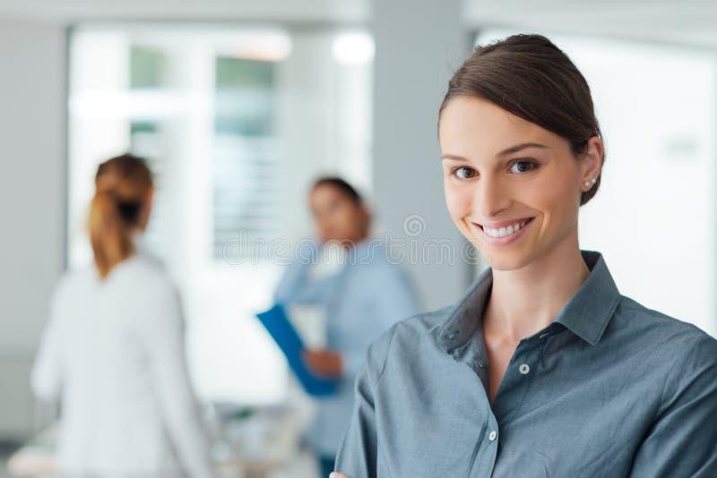 Πορτρέτο εργαζομένων γραφείων χαμόγελου θηλυκό στοκ φωτογραφία με δικαίωμα ελεύθερης χρήσης