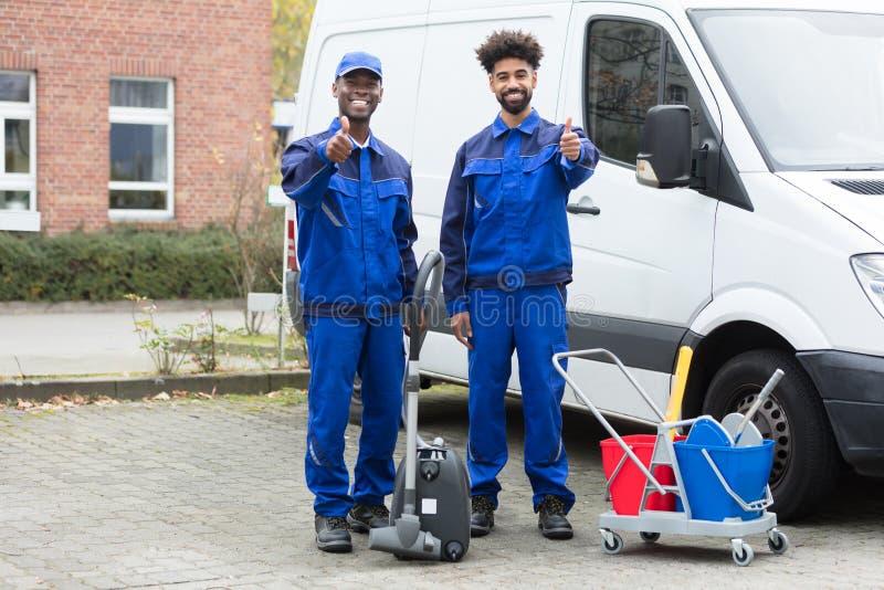 Πορτρέτο ευτυχής αρσενικός Janitor δύο στοκ εικόνες