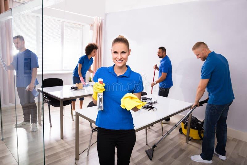 Πορτρέτο ευτυχής θηλυκός Janitor στοκ φωτογραφία