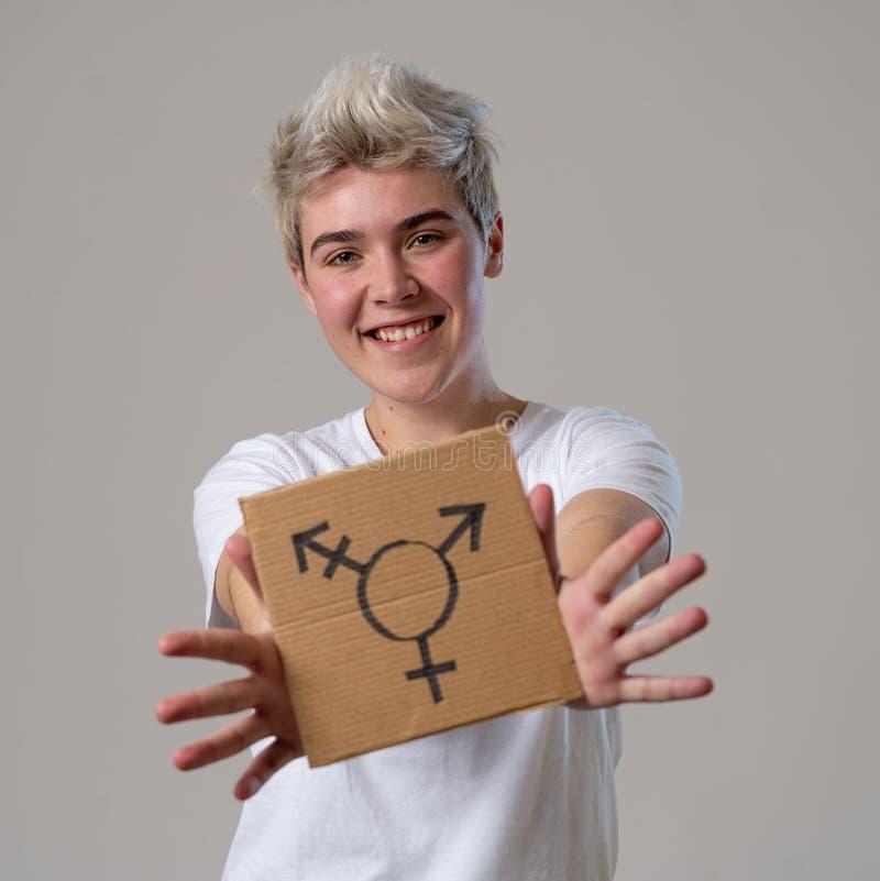 Πορτρέτο ευτυχείς υπερήφανος και βέβαιος δια transgender εκμετάλλευσης ατόμων εφήβων το σύμβολο στοκ εικόνα με δικαίωμα ελεύθερης χρήσης