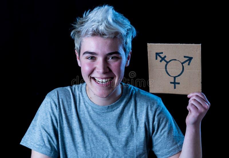 Πορτρέτο ευτυχείς υπερήφανος και βέβαιος δια transgender εκμετάλλευσης ατόμων εφήβων το σύμβολο στοκ φωτογραφία