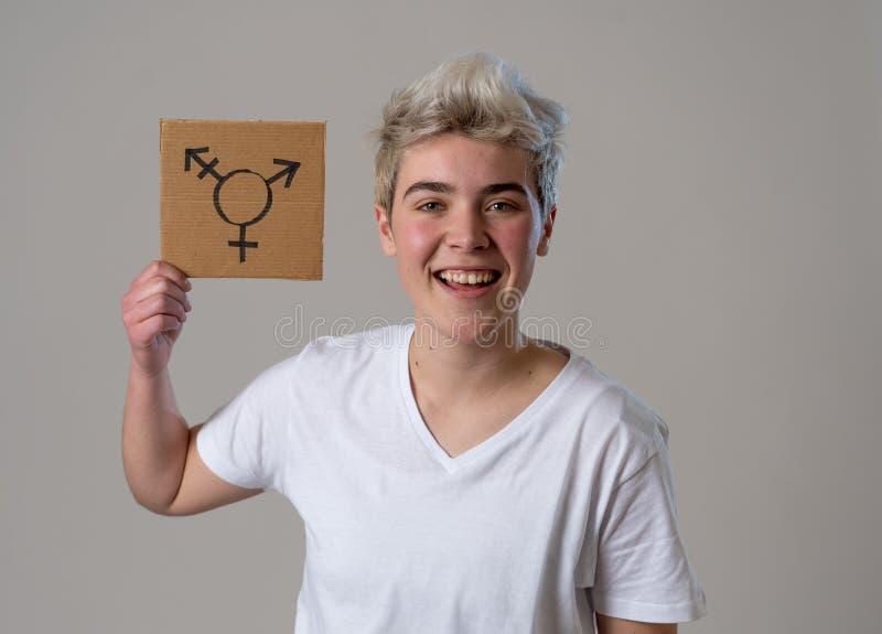 Πορτρέτο ευτυχείς υπερήφανος και βέβαιος δια transgender εκμετάλλευσης ατόμων εφήβων το σύμβολο στοκ εικόνες με δικαίωμα ελεύθερης χρήσης