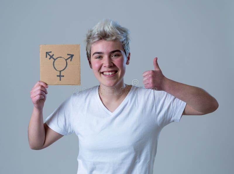 Πορτρέτο ευτυχείς υπερήφανος και βέβαιος δια transgender εκμετάλλευσης ατόμων εφήβων το σύμβολο στοκ φωτογραφία με δικαίωμα ελεύθερης χρήσης