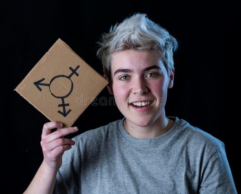 Πορτρέτο ευτυχείς υπερήφανος και βέβαιος δια transgender εκμετάλλευσης ατόμων εφήβων το σύμβολο στοκ φωτογραφίες με δικαίωμα ελεύθερης χρήσης