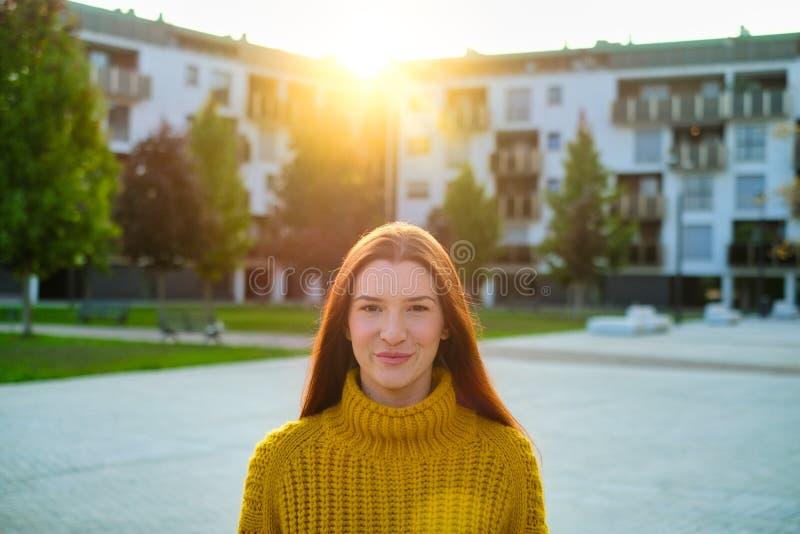 Πορτρέτο Ευτυχισμένης Νεαρής Κοκκινομάλλα Που Χαμογελάει στοκ φωτογραφίες με δικαίωμα ελεύθερης χρήσης