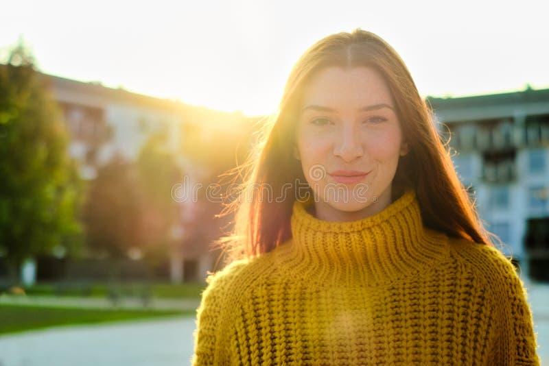 Πορτρέτο Ευτυχισμένης Νεαρής Κοκκινομάλλα Που Χαμογελάει στοκ φωτογραφίες