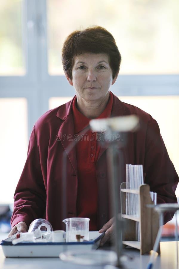 Download Πορτρέτο καθηγητών θετικών επιστημών και χημείας Στοκ Εικόνα - εικόνα από στοιχειώδης, χημεία: 17059869