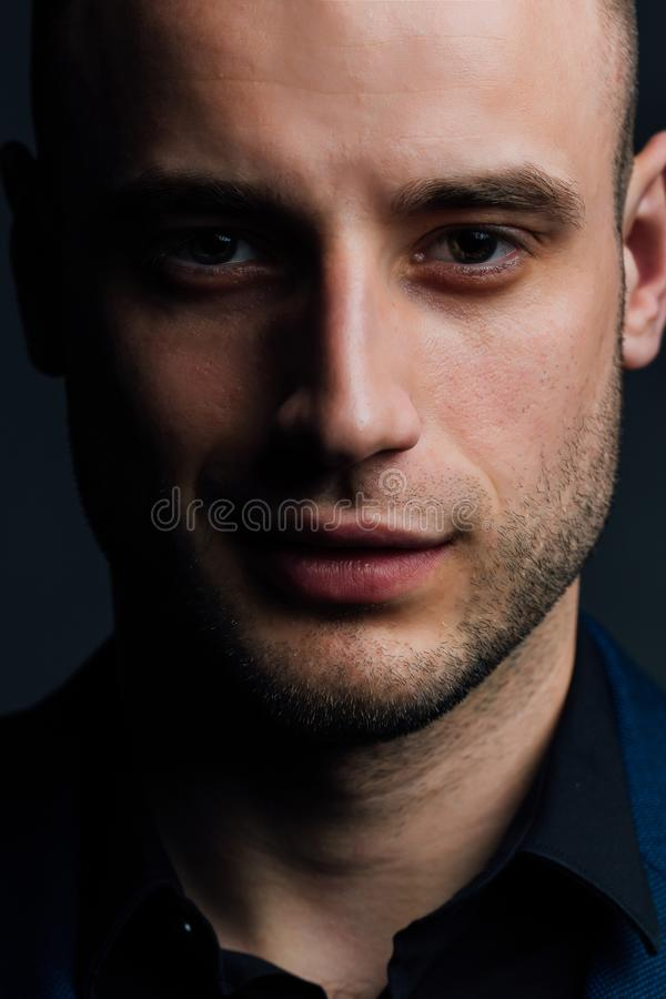 Πορτρέτο κινηματογραφήσεων σε πρώτο πλάνο ενός ελκυστικού όμορφου ατόμου Ο καλός συμπαθητικός τύπος εξετάζει το πλαίσιο στοκ εικόνα