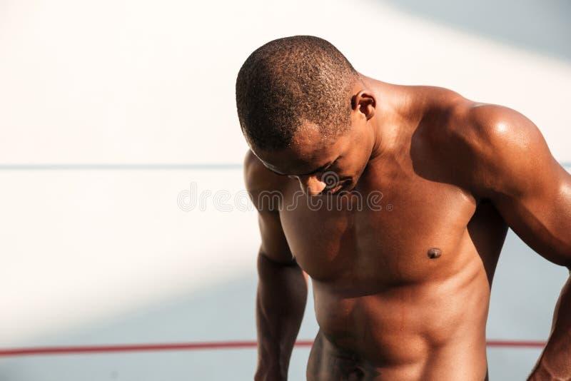 Πορτρέτο κινηματογραφήσεων σε πρώτο πλάνο ενός ιδρωμένου όμορφου αφρικανικού αθλητή, resti στοκ εικόνα