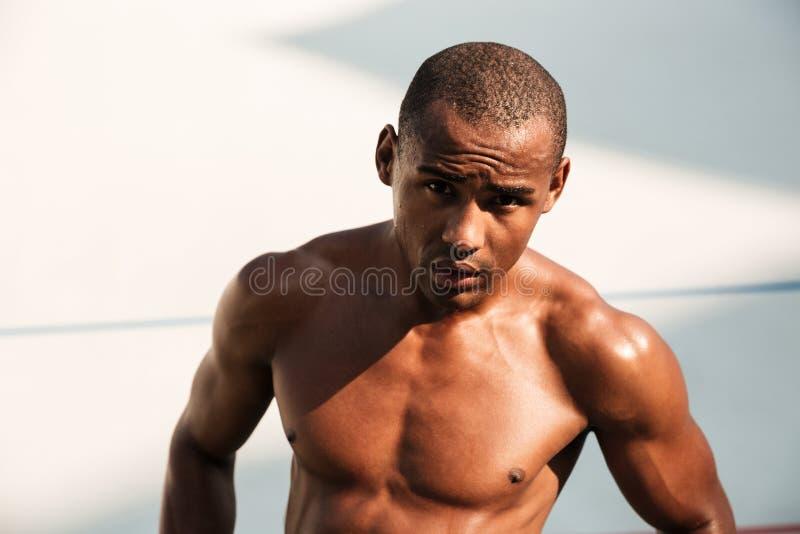 Πορτρέτο κινηματογραφήσεων σε πρώτο πλάνο ενός ιδρωμένου όμορφου αφρικανικού αθλητή, resti στοκ εικόνες