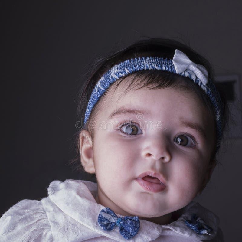 Πορτρέτο κινηματογραφήσεων σε πρώτο πλάνο ενός κοριτσάκι πέντε μηνών βρεφών, άμεσα που φαίνεται τ στοκ εικόνα με δικαίωμα ελεύθερης χρήσης