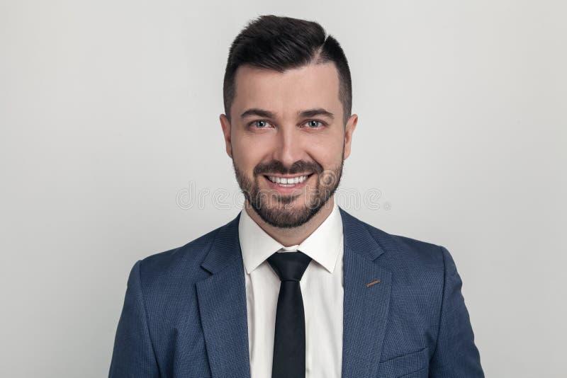 Πορτρέτο κινηματογραφήσεων σε πρώτο πλάνο ενός όμορφου επιχειρηματία που χαμογελά στη κάμερα ντυμένος σε ένα κοστούμι r στοκ φωτογραφία με δικαίωμα ελεύθερης χρήσης