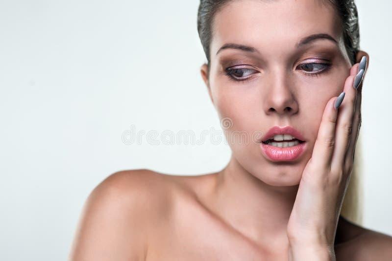 Πορτρέτο κινηματογραφήσεων σε πρώτο πλάνο μιας όμορφης γυναίκας με μια έκφραση του emo στοκ φωτογραφίες με δικαίωμα ελεύθερης χρήσης