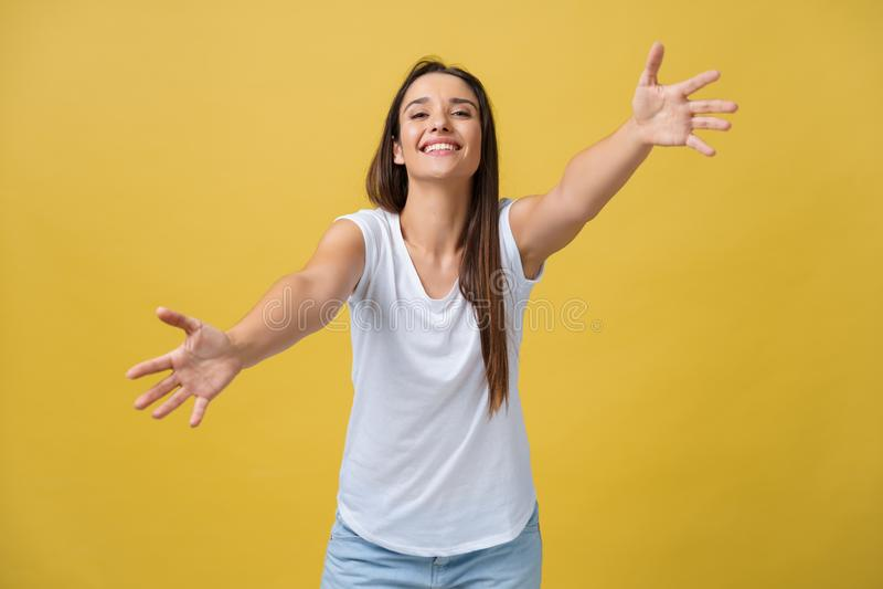 Πορτρέτο κινηματογραφήσεων σε πρώτο πλάνο, νέα, ευτυχής, χαμογελώντας γυναίκα, που νεύει με τα όπλα για να έρθει, να δώσει το αγκ στοκ εικόνες