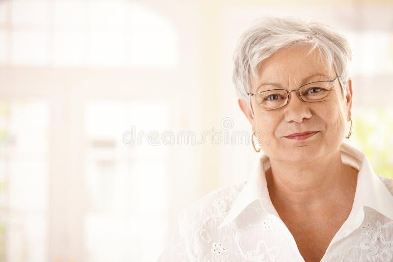 Πορτρέτο κινηματογραφήσεων σε πρώτο πλάνο της ανώτερης γυναίκας στοκ εικόνα