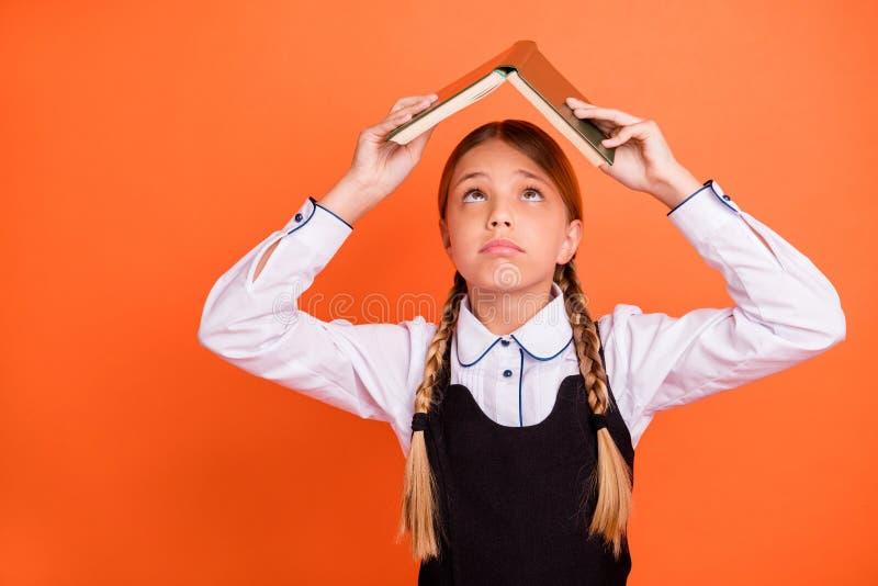 Πορτρέτο κινηματογραφήσεων σε πρώτο πλάνο της αυτή συμπαθητικό ελκυστικό καλό άτακτο κορίτσι προ-εφήβων που κρατά το υπερυψωμένο  στοκ εικόνες