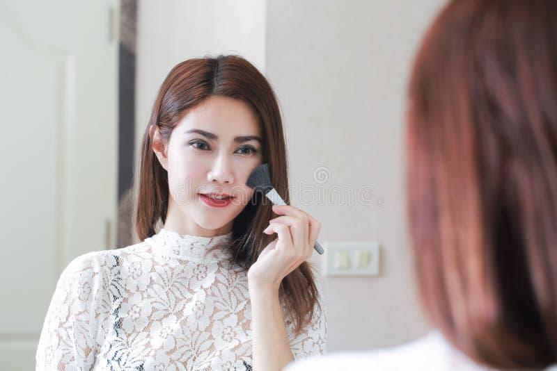 Πορτρέτο κινηματογραφήσεων σε πρώτο πλάνο της γυναίκας με τη βούρτσα makeup κοντά στο πρόσωπο στοκ φωτογραφία με δικαίωμα ελεύθερης χρήσης