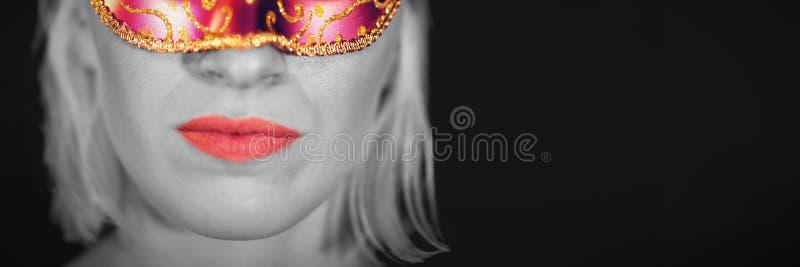 Πορτρέτο κινηματογραφήσεων σε πρώτο πλάνο της γυναίκας στη μάσκα μεταμφιέσεων στοκ εικόνες