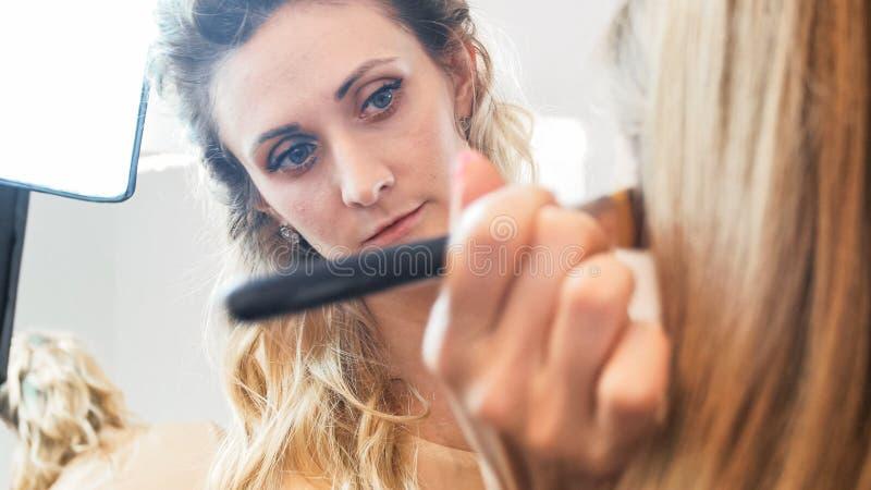 Πορτρέτο κινηματογραφήσεων σε πρώτο πλάνο της επαγγελματικής εργασίας καλλιτεχνών makeup με τη βούρτσα στοκ φωτογραφίες