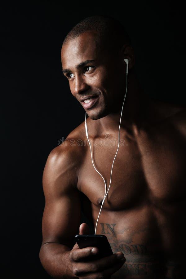 Πορτρέτο κινηματογραφήσεων σε πρώτο πλάνο της ευτυχούς εκμετάλλευσης αθλητών afro αμερικανικής phon στοκ φωτογραφία με δικαίωμα ελεύθερης χρήσης