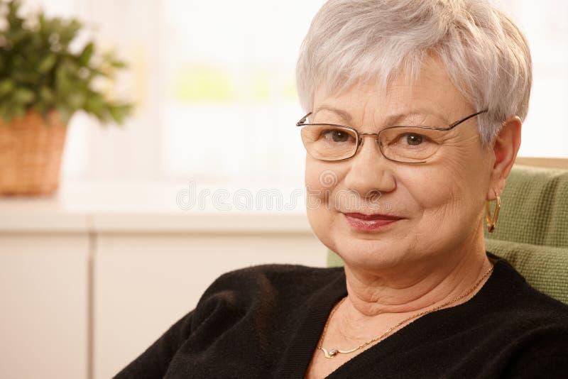 Πορτρέτο κινηματογραφήσεων σε πρώτο πλάνο της ηλικιωμένης γυναίκας στοκ φωτογραφίες με δικαίωμα ελεύθερης χρήσης