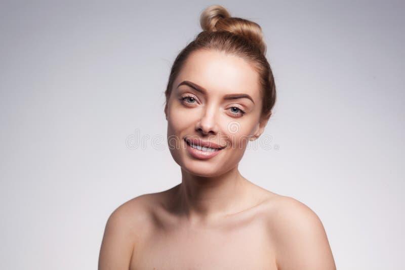 Πορτρέτο κινηματογραφήσεων σε πρώτο πλάνο της beautyful ξανθής χαμογελώντας γυναίκας με το καθαρό φρέσκο δέρμα στοκ εικόνα