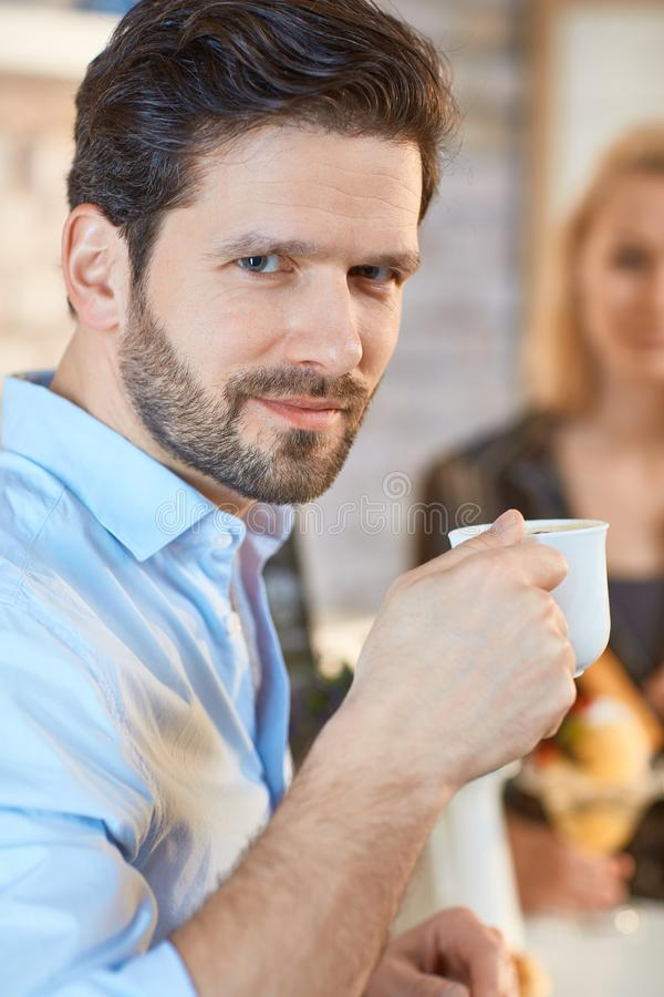 Πορτρέτο κινηματογραφήσεων σε πρώτο πλάνο του ατόμου με τον καφέ στοκ εικόνα
