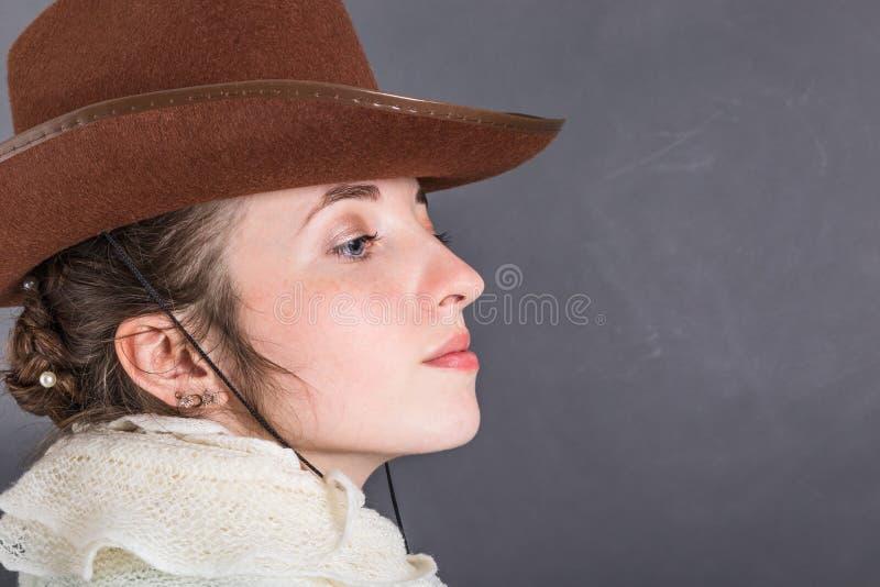 Πορτρέτο κινηματογραφήσεων σε πρώτο πλάνο του ελκυστικού κοριτσιού σε ένα καπέλο κάουμποϋ στοκ φωτογραφία