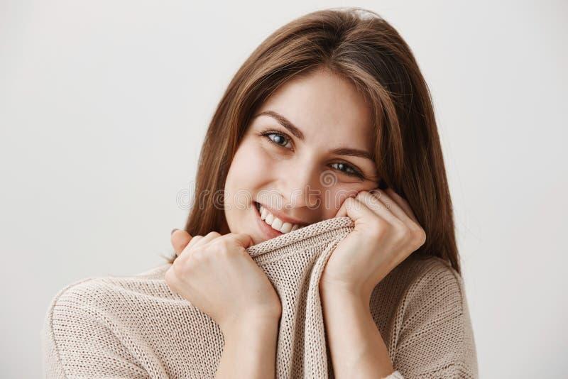 Πορτρέτο κινηματογραφήσεων σε πρώτο πλάνο του κοκκινίζοντας χαριτωμένου ευρωπαϊκού κοριτσιού που τραβά το περιλαίμιο του πουλόβερ στοκ φωτογραφίες με δικαίωμα ελεύθερης χρήσης