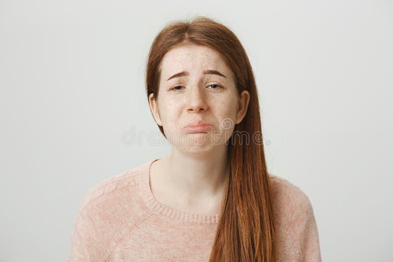 Πορτρέτο κινηματογραφήσεων σε πρώτο πλάνο του λυπημένου redhead καυκάσιου κοριτσιού με το θλιβερό χαμόγελο, που κλαψουρίζει ή φων στοκ εικόνες με δικαίωμα ελεύθερης χρήσης