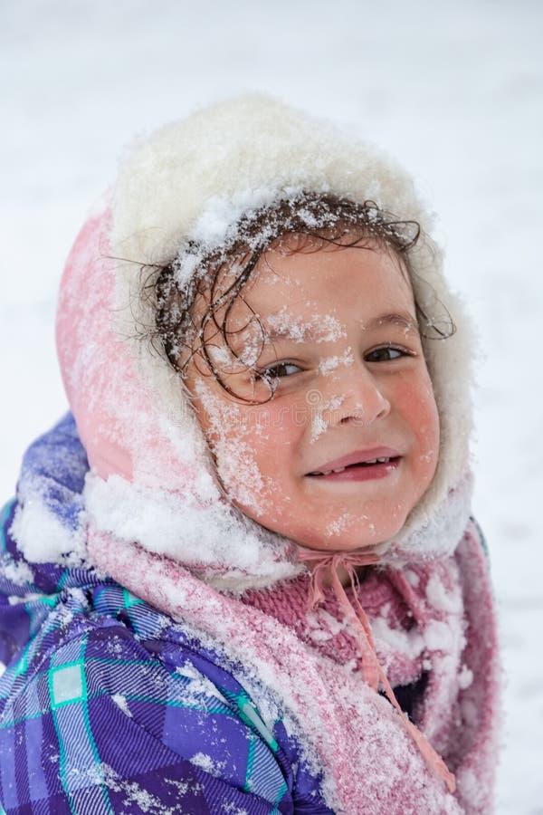 Πορτρέτο κινηματογραφήσεων σε πρώτο πλάνο του μουσουλμανικού κοριτσιού το χειμώνα στοκ φωτογραφία με δικαίωμα ελεύθερης χρήσης