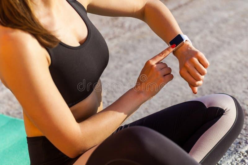 Πορτρέτο κινηματογραφήσεων σε πρώτο πλάνο του νέου κοριτσιού που φορά τις μαύρες sporwear αθλητικές ασκήσεις άσκησης το πρωί στην στοκ εικόνες