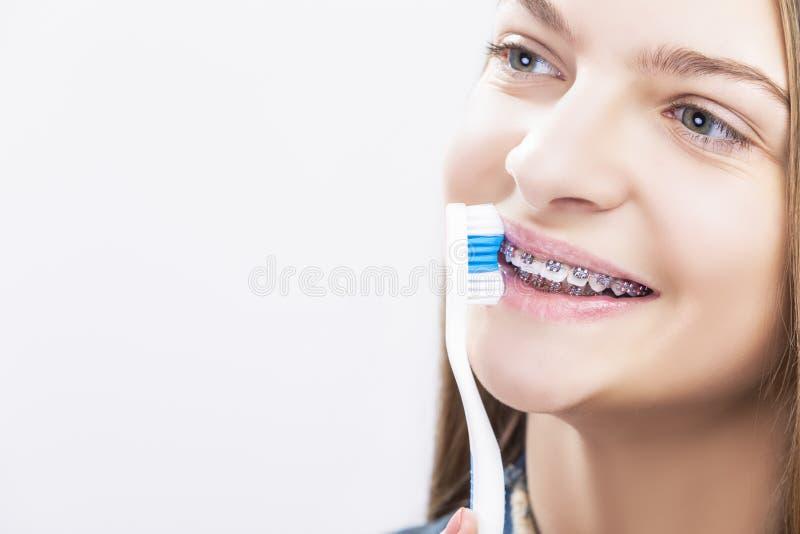 Πορτρέτο κινηματογραφήσεων σε πρώτο πλάνο του ξανθού καυκάσιου έφηβη που φορά τα στηρίγματα δοντιών στοκ φωτογραφία