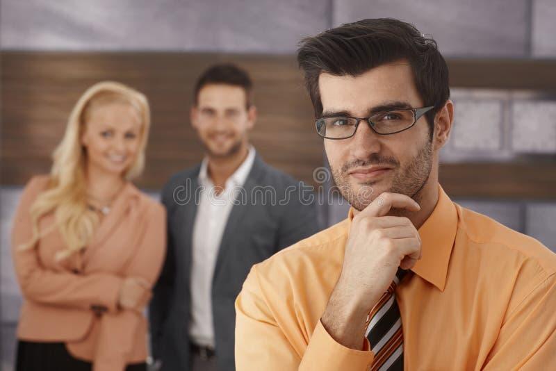 Πορτρέτο κινηματογραφήσεων σε πρώτο πλάνο του χαμογελώντας επιχειρηματία στοκ εικόνα με δικαίωμα ελεύθερης χρήσης