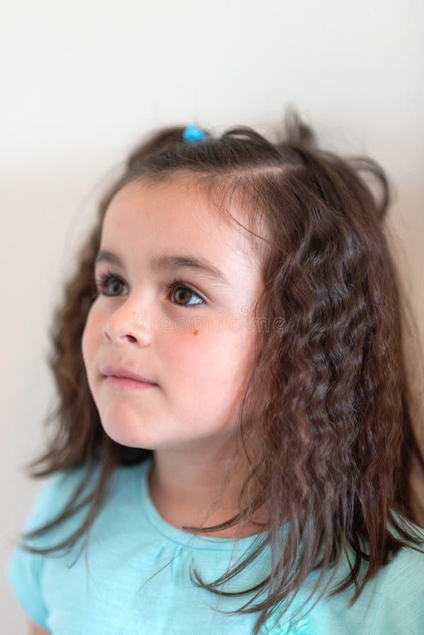 Πορτρέτο κινηματογραφήσεων σε πρώτο πλάνο του χαριτωμένου προσώπου μικρών κοριτσιών στοκ φωτογραφία
