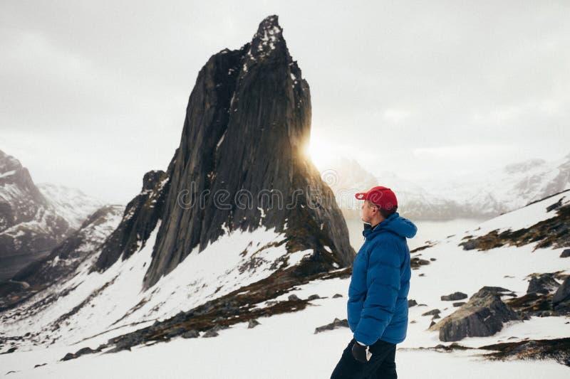 Πορτρέτο κινηματογραφήσεων σε πρώτο πλάνο του χειμερινού τυχοδιώκτη πέρα από το backgrou ουρανού και χιονιού στοκ εικόνα με δικαίωμα ελεύθερης χρήσης