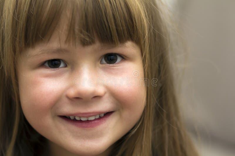 Πορτρέτο κινηματογραφήσεων σε πρώτο πλάνο του όμορφου μικρού κοριτσιού χαμόγελο παιδιών στοκ εικόνα