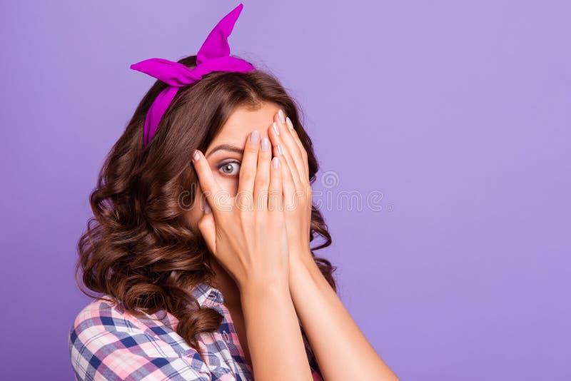 Πορτρέτο κινηματογραφήσεων σε πρώτο πλάνο Peekaboo του συμπαθητικού γλυκού χαριτωμένου κοριτσίστικου attr στοκ εικόνα