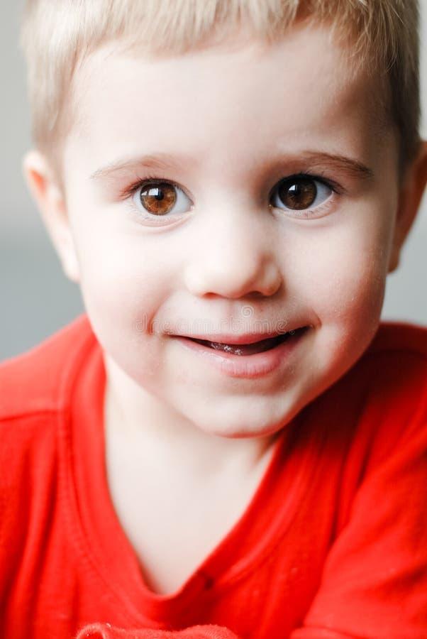 Πορτρέτο κινηματογραφήσεων σε πρώτο πλάνο λίγου χαριτωμένου μικρού παιδιού παιδιών στοκ εικόνες