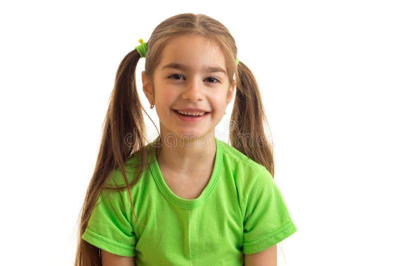 Πορτρέτο κινηματογραφήσεων σε πρώτο πλάνο ενός μικρού κοριτσιού με ένα γιγαντιαίο χαμόγελο στοκ εικόνες