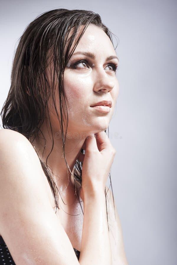 Πορτρέτο κινηματογραφήσεων σε πρώτο πλάνο καυκάσιου αισθησιακού Brunette σχετικά με το λαιμό και την παρουσίαση υγρού και λάμποντ στοκ εικόνα με δικαίωμα ελεύθερης χρήσης